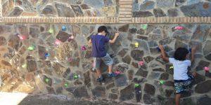 Colocar presas de escalada en una pared de hormigón